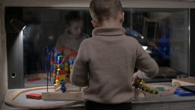 Bambino che gioca con i giocattoli a casa video d archivio