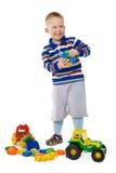 Bambino che gioca con i giocattoli su priorità bassa bianca immagine stock
