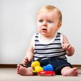 Bambino che gioca con i suoi giocattoli Immagini Stock Libere da Diritti