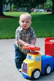 Bambino che gioca con il camion del giocattolo - verticale Immagini Stock