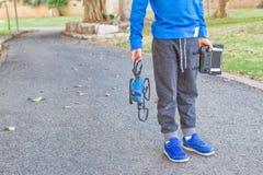 Bambino che gioca con il fuco all'aperto al giorno di estate Fotografie Stock