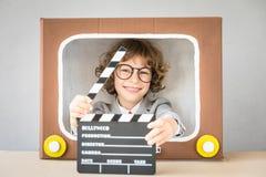 Bambino che gioca con il fumetto TV fotografia stock libera da diritti