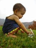 Bambino che gioca con il ghiaccio Fotografie Stock Libere da Diritti