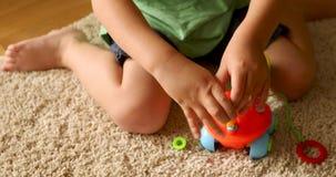 Bambino che gioca con il giocattolo stock footage