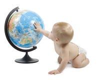 Bambino che gioca con il globo Fotografia Stock