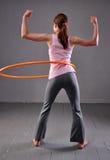 Bambino che gioca con il hula-hoop Fotografia Stock