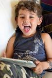 Bambino che gioca con il io-cuscinetto Immagini Stock