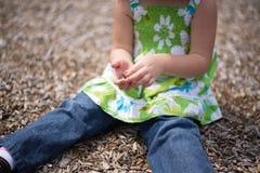 Bambino che gioca con il pacciame Fotografia Stock Libera da Diritti