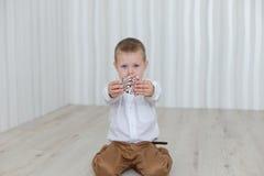 Bambino che gioca con il ` s EVE del nuovo anno del pan di zenzero Fotografia Stock Libera da Diritti