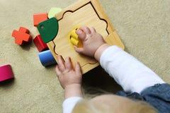 Bambino che gioca con il sorter di figura fotografia stock libera da diritti