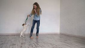 Bambino che gioca con il suo cane a casa video d archivio