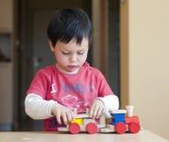 Bambino che gioca con il treno immagini stock libere da diritti