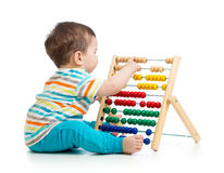 Bambino che gioca con l'abbaco Isolato su priorità bassa bianca Fotografie Stock Libere da Diritti
