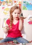 Bambino che gioca con l'argilla. immagine stock