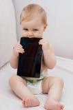 Bambino che gioca con la compressa Fotografia Stock