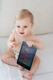 Bambino che gioca con la compressa Fotografia Stock Libera da Diritti
