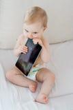 Bambino che gioca con la compressa Fotografie Stock Libere da Diritti