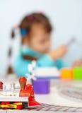 Bambino che gioca con la ferrovia del giocattolo immagine stock libera da diritti