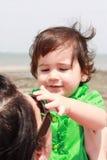 Bambino che gioca con la madre fotografia stock
