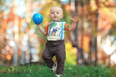 Bambino che gioca con la palla in parco Immagini Stock Libere da Diritti