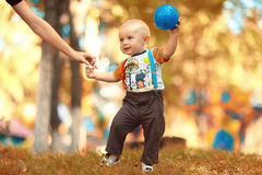Bambino che gioca con la palla in parco Fotografia Stock