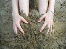 Bambino che gioca con la sabbia immagini stock