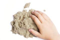 Bambino che gioca con la sabbia cinetica Mano del bambino nella sabbia c Fotografie Stock