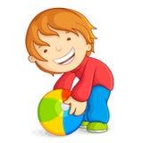 Bambino che gioca con la sfera di spiaggia Fotografie Stock