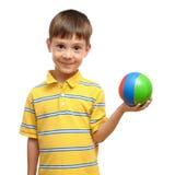 Bambino che gioca con la sfera variopinta della gomma del giocattolo Fotografia Stock