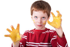 Bambino che gioca con la vernice gialla Fotografia Stock
