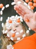 Bambino che gioca con le droghe Fotografie Stock