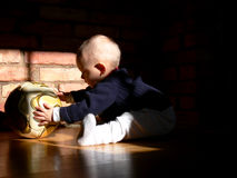 Bambino che gioca con un gioco del calcio Fotografia Stock Libera da Diritti
