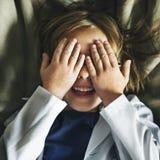 Bambino che gioca concetto sorridente di ricerca del pellame immagine stock