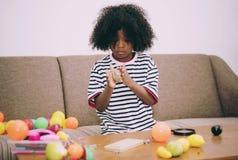 Bambino che gioca giocattolo nel salone Fotografie Stock