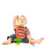 Bambino che gioca gioco intellettuale immagini stock libere da diritti