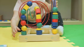 Bambino che gioca gioco intellettuale sul pavimento archivi video
