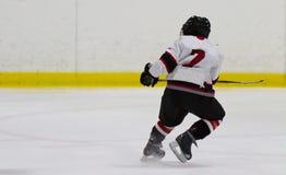 Bambino che gioca hockey su ghiaccio immagini stock libere da diritti