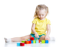 Bambino che gioca i giocattoli di legno Immagini Stock