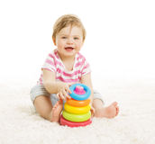 Bambino che gioca i giocattoli, torre della piramide del gioco da bambini, istruzione del bambino Fotografie Stock Libere da Diritti