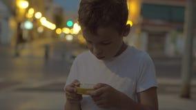 Bambino che gioca il giocattolo del labirinto all'aperto stock footage