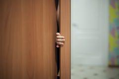 Bambino che gioca il gioco di nascondino; Fotografia Stock