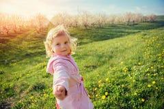 Bambino che gioca il giorno di molla soleggiato Tonalità dell'effetto Immagine Stock