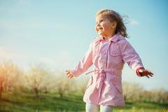 Bambino che gioca il giorno di molla soleggiato Tonalità dell'effetto Fotografia Stock Libera da Diritti