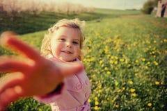 Bambino che gioca il giorno di molla soleggiato Tonalità dell'effetto Immagini Stock