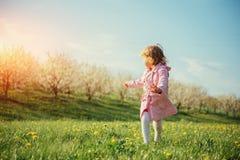 Bambino che gioca il giorno di molla soleggiato Tonalità dell'effetto Fotografia Stock