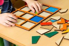 Bambino che gioca imparando i giochi, di nuovo al concetto della scuola fotografia stock libera da diritti