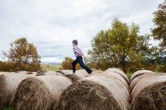 Bambino che gioca le balle dell'azienda agricola Immagine Stock Libera da Diritti