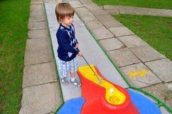 Bambino che gioca mini golf Immagine Stock