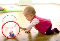 Bambino che gioca nel paese Fotografia Stock Libera da Diritti