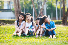 Bambino che gioca nel parco fotografie stock